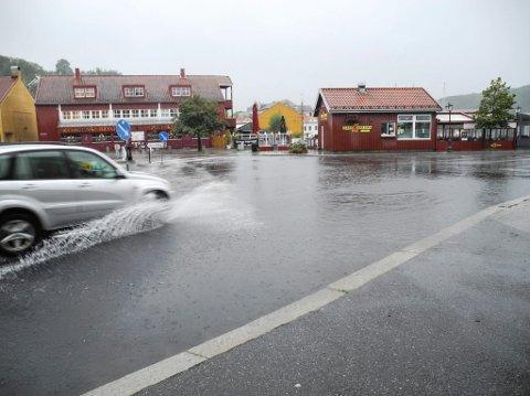 MYE NEDBØR: Natt til lørdag forventes det kraftige nedbørsmengder over Halden-distriktet. Det kan brått bli mye vann i veibanen, slik som på dette arkivbildet fra sentrum.