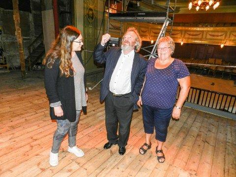 BLIR FEST: Teateret er snart ferdig oppusset. 28. september blir det en festforestilling her. Fra venstre ser vi Kristin Søhoel, Morten Jostad og Inger Nybøle Ånnerud.
