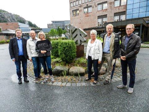BEKLAGER: Ordfører Anne-Kari Holm er svært lei seg for at Kjell-Arve Kure fra september av ikke lenger er fabrikkdirektør ved Norske Skog Saugbrugs. Her er hun fotografert på et Senterparti-besøk ved virksomheten i 2017. Kure er helt til venstre på bildet, mens Anne-Kari Holm står lengst til venstre i gruppen på høyre side av bildet.