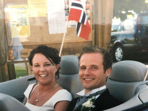 JUBILEUM: For 15 år siden ble Jeanett og Frank fru og herr Skovrand. For å vise sin kjærlighet til kona, har Frank som en del av arbeidet med sin nye plate, oversatt «ekteparets sang» til norsk. – Jeg har gjort det for å vise henne hvor glad jeg er i henne, sier han.