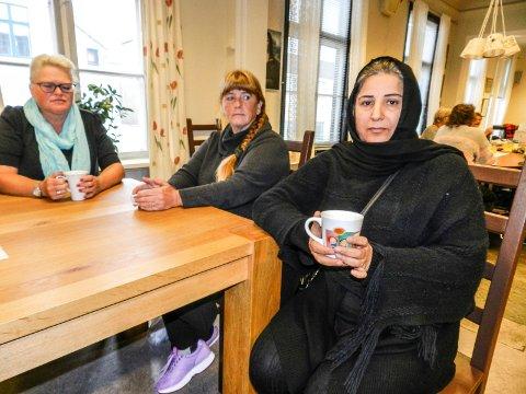 MEDMENNESKER: Fatima Selman sammen med Solfrid Grønvold (tv) og Gry Hammer. De er både aktive brukere og frivillige tilknyttet Frivilligsentralen.