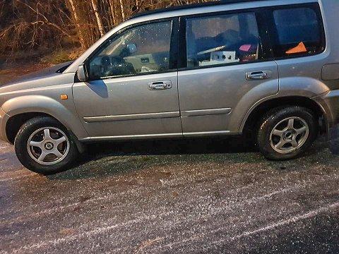 UHELDIG: Jessica Karlgren mistet kontrollen over bilen på det glatte føret og smalt i kantstenen ved den gamle tollstasjonen på Gamle Svinesund. Det forårsaket store skader på bilen.