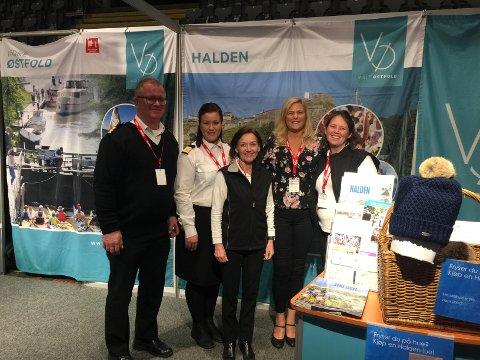 REISELIVSMESSA: Halden er representert ved (fra venstre): Jens Myhren og Signe Myhren (MS Brekke), Liv Lindskog (Halden Turist), Belinda Abbott (Villa Kornsjø) og Inger Midttun (Halden Turist).