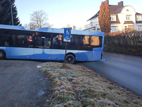 UHELDIG: Bussen står fast med bakdelen ut i Busterudkleiva og framdelen inn i Thomas Fearnleys gate, 100 meter overfor Snippen-krysset.