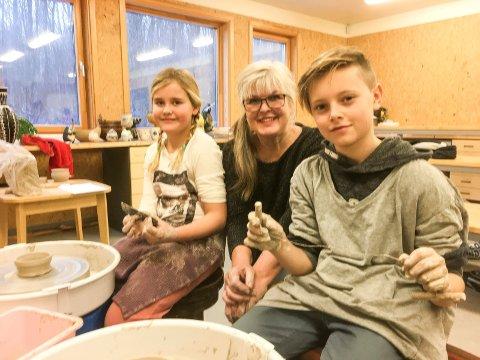 GÅR SOM EN LEK: Thea Isabel Buvik Andreassen og Fabian Jaavall-Bukholm gjør ting de ikke kan. Og de gjør det bra! Mellom dem en fornøyd keramiker; Britt Johansen Hauge.