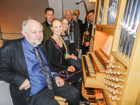 GLEDE: De gleder seg over det nye orgelet. Fra venstre ser vi Jan Erik Norheim, Marie Håkensen, Marte-Kari Melkerud, Jørn Berg, Kjell Hagen, Anette Henning, Jan Ivar Andreassen, Thor Edquist og Nicklas Bredahl.