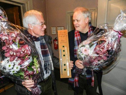 GAVER: Gaver til giverne. Her holder Kjell Hagen(tv) rester etter det gamle orgelet. Ved siden av ham står Arnt Frode Strandskogen fra firmaet som har levert det nye.
