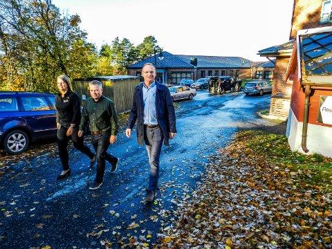 STILLE OG ROLIG: Fredriksten hotell ligger utenfor byen og usjenert til. Her sees hotellsjef Marianne Olsen, beredskapsansvarlige André Aronsen og rådmann Roar Vevelstad (th).