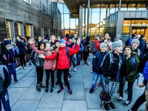GLEDE: I midten av bildet sees Celina Algarheim (tv), Sanna Strøm og Nora Mathilde Heggestad Hoffstrøm i klasse 7b ved Kongeveien skole.