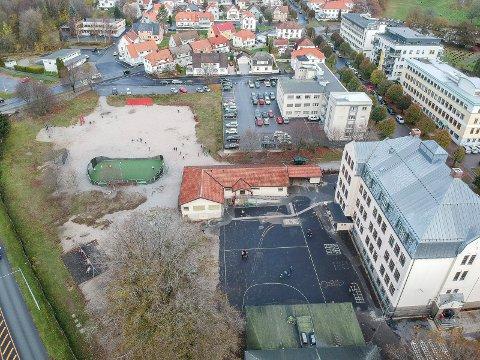TOMTA: Arkitektene jobber med dette området ved Os skole. Dronefoto.