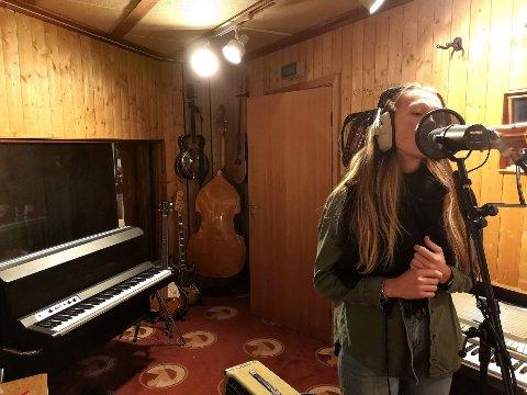 I STUDIO: Karoline Stenberg Henriksen (25) er vokalist i Huma Luma.