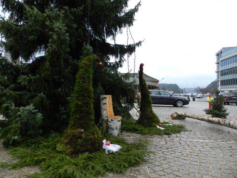KLAR: Både lys og benker er på plass ved juleteet på Torget.