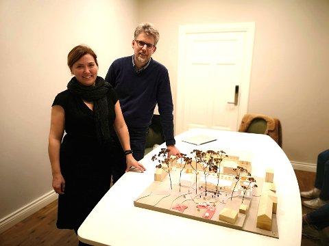 FAYEGÅRDEN: Lillian Nyborg og Patrik Bergman viste fram nye skisser av museet på Fayegården onsdag kveld.