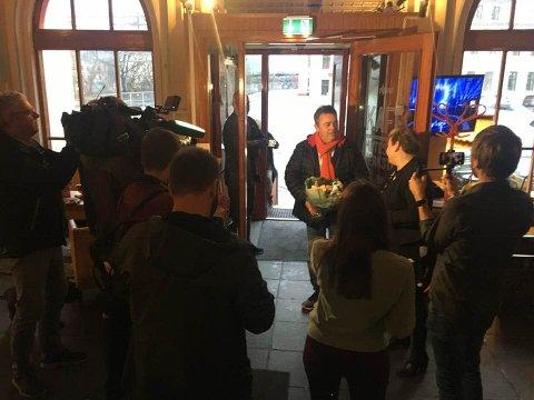 PRISVINNER: Trond Henriksen ble overrasket med Østfoldprisen på sin arbeidsplass hos Kirkens Bymisjon i Halden torsdag klokken 12.00.