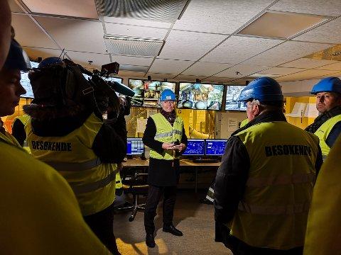 PÅ BESØK: Klima- og miljøminister Ola Elvestuen var på besøk hos Norske Skog Saugbrugs så sent som i fjor høst. Da var CO2-kompensasjon et tema som ble debattert.