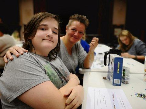 PERLEVERKSTED: Lars-Joachim Bratlie (15) og moren Snefrid Bratlie perlet for en god sak på Ungdomssamfundet onsdag kveld.