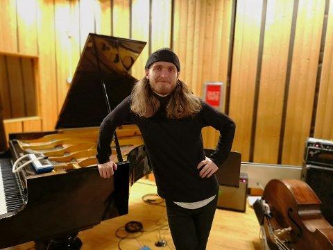 VIL PRØVE NOE NYTT: Dag Erik Johansen ved Athletic Sound åpner dørene for publikum. Nå kan du se konserter i Haldens musikkstudio.