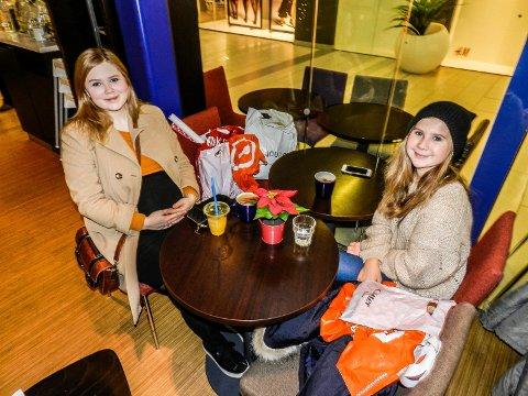FORNØYDE: Ylva Berger (tv) og Aurora Berger er snart ferdige med julegavene.