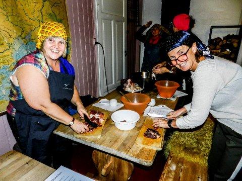 IVRIGE: Det er ingen tvil om at Elin Vaglen(tv) og Jeanette Lauritzen har det gøy på kurset til Farmen-Hedda.