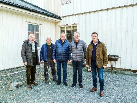 NYTT OG FINT: Kornsjøbukta leirsted har fått utvidet spisesalen. Fra venstre sees Kjell Hagen fra Sparebank1stiftelsen Halden, Steinar Kitterød, Ole Åkerman, Åge Johnsen og banksjef Jørn Berg i Berg sparebank.