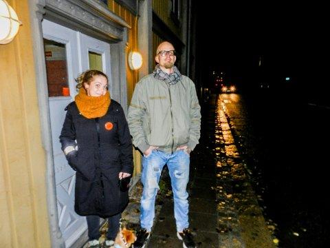 MØRKT: Trond Vidar Martinsen og Malin Nythe Høyberg står her under lysene ved Konservativen. Oscars gate er mørklagt.