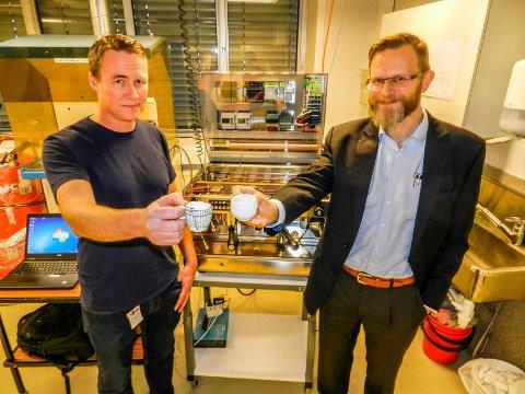 MER ENN KAFFE: Tekniker Per-Morten Harlem (tv) og forskningsdirektør Tomas Nordlander foran den unike espressomaskinen.
