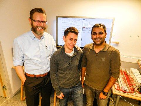 MER PENGER:Forskningsldirektør  Tomas Nordlander (tv) står sammen med forskerne Fabien Sechi og Vikash Katta, to av ni ansatte som skal forske og videreutvikle mer innen IKT-sikkerhet.