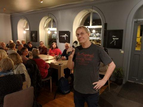 BOKBAD: Bademester Thorkil Lindskog arrangerte bokbad med 15 lokale forfattere mandag kveld.
