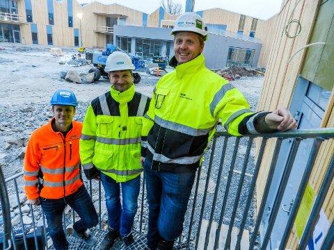 GLEDE I HALDENTRAPP: Prosjektleder Øyvind Harridsleff (tv) sammen med Erling Eikre og daglig leder Nils Håkon Sandtorp fra Jotne Ankers.