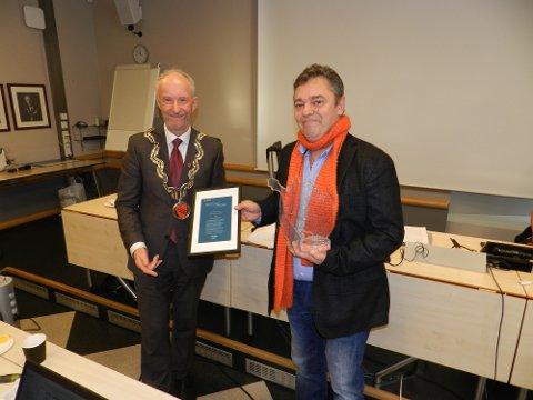 GLAD OG YDMYK: Her får Trond Henriksen (th) prisen av fylkesordfører Ole Haabeth.
