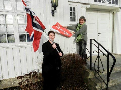 SMILER: Nå smiles det igjen. Fra venstre ser vi Linda Torp og styrer Birthe Kjernlie. Styreren river ned til salgs-skiltet.