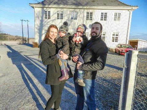 GLEDER SEG: Thor Inge Olsen og Connie Angela Johansen ser fram til å flytte inn i det gamle menighetshuset sammen med barna Theodor (eldst) og Varg.