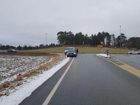 TRAFIKKUHELL: To biler står i veikanten rett ved Løkkebergkrysset etter et mindre trafikkuhell. Øvrige trafikanter bør være oppmerksomme, sier et øyevitne.