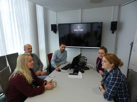 FØR PÅGRIPELSEN: Politibetjent Camilla, avdelingsleder Tore Løwengreen, gruppeleder Daniel Holm, politibetjent Martine og politibetjent Ingrid ved vold- og sedelighetsavdelingen.