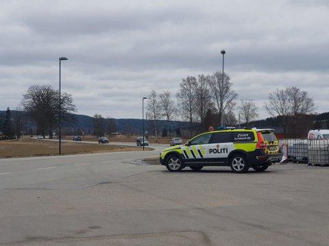 Politiet har tatt oppstilling i søket etter bilen som har stukket av fra svensk toll.