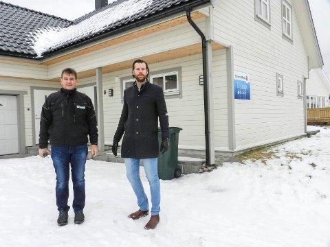ER SOLGT: Eiendommen på Brattskott ble solgt dagen etter visning. Her ser vi takstmann Karsten E. Strand (tv) og eiendomsmegler Bengt Kristiansen ved huset. Arkiv.