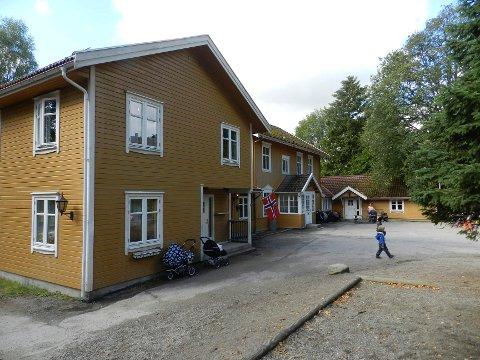 Dagens Klengstua barnehage. Bygningen nærmest i bildet ble bygd av eieren Seraphin AS til barnehagens åpning i 2005. Den lave bygningen lengst unna ble bygd sammen med originalhuset i samme periode. Foto: Anja Lillerud