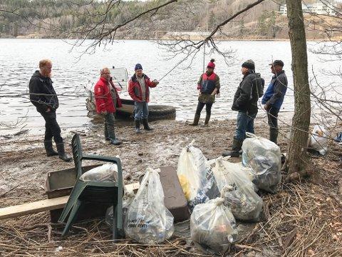 TYSKA: Det ble funnet mye søppel på Tyska og Hollenderen. Her en dugnadsgjeng fra Kystlaget som ryddet der.