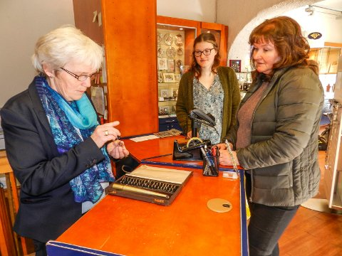 GULLSMEDDAG: Eva Lindahl (tv) sjekker diamantringen til Tove Snopestad Jensen. Helt til høyre står Marthe Snopestad Jensen.