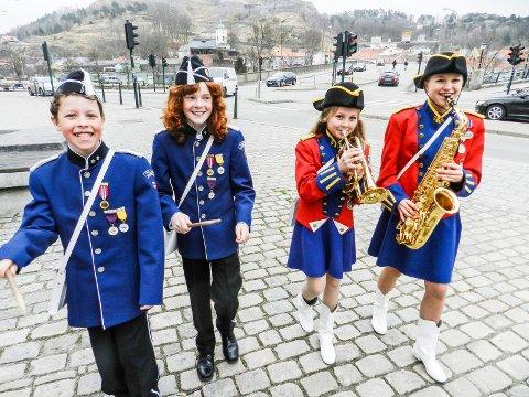 STILIGE I UNIFORMER: – Gøy i og med korps, melder Magnus Bigum (fra venstre), Aksel Signebøen, Sanna Marie Strøm og Nora Mathilde Heggestad Hoffstrøm.