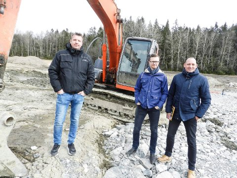 I GANG: Gravemaskinen jobber på tomta til den første eneboligen. Fra venstre ser vi prosjektleder Tore Steen, Habo-direktør Richard Olsen og eiendomsmegler Jan-Marcus Lilledal.