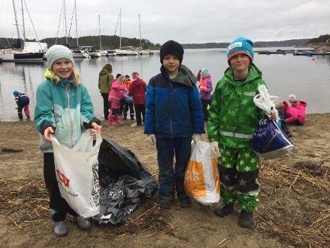 AVFALL: Mye søppel på stranda. Her ser vi Julia Svendsdstter, William Henriksen og Fabian Schrøder-Slåen.