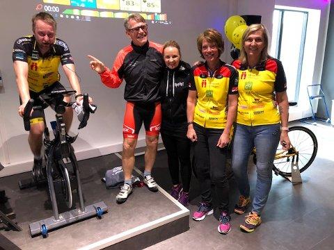 SPINNING: Sigurd Sollien på instruktørsykkelen (fra venstre), Erik Vea, Veronika Lund, Ann-Christin Eriksen og Kjersti H.Lundberg gleder seg over en flott lørdag til inntekt for en god sak.