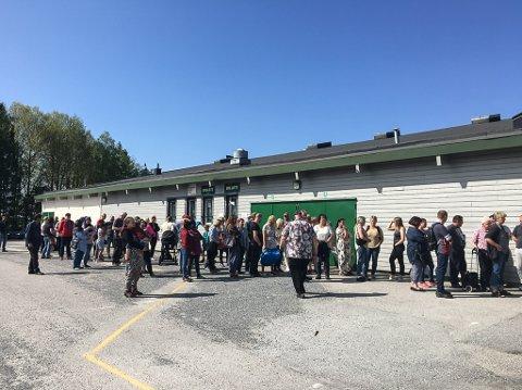 STOR INTERESSE: Det var cirka 100 personer som ventet på utsiden da Comet Bredde arrangerte loppemarked i ishallen.