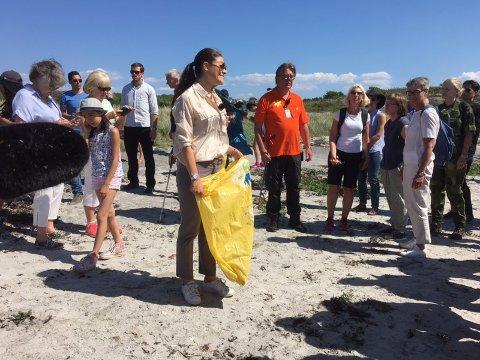 MILJØBEVISST: Kronprinsesse Victoria er opptatt av miljø og natur. På Nord Koster plukket hun søppel sammen med barn og voksne.