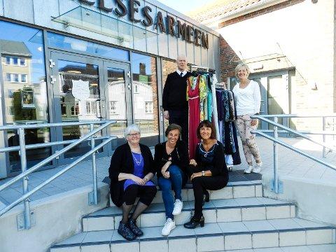 ÅPNER SNART: Fredag 11. mai åpner Fretex. Bakerst står Frelsesarmeens Øyvind Askevold og Anette Henning fra Berg sparebank. Foran sitter Grete Jørstad (tv), Bente Bjørk og Grete Ludvigsen som utgjør sygruppa Lydia.
