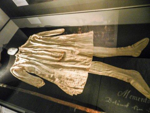 KONGENS KLÆR: 300 år gammelt undertøy. Det er Karl XII sitt. Med blod på.