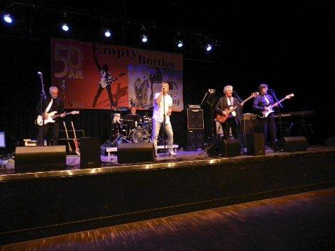 Band: The Empty Bottles på scenen i Brygga kultursal.