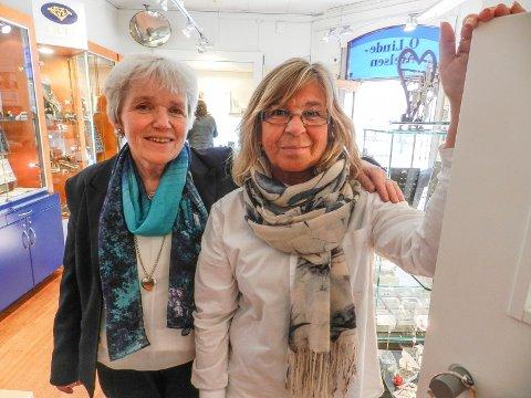 MANGE LYKKEØNSKNINGER: Eva Lindahl (tv) og Cindy Mørk hos gullsmed O. Linde-Nielsen får mange gode ønsker på veien videre etter konkursen.