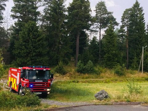BRANN: Brannvesenet har rykket ut til Stenrød hvor det brenner i et skogholt.